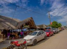 ATACAMES, EQUADOR - 16 de março de 2016: Opinião de Steet da cidade da praia situada na Costa do Pacífico do norte de Equador é e Fotografia de Stock