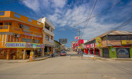 ATACAMES, EQUADOR - 16 de março de 2016: Opinião de Steet da cidade da praia situada na Costa do Pacífico do norte de Equador é f Fotografia de Stock Royalty Free