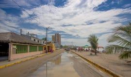 ATACAMES, ЭКВАДОР - 16-ое марта 2016: Взгляд Steet городка пляжа расположенный на Тихоокеанском побережье ` s эквадора северном в стоковое фото rf