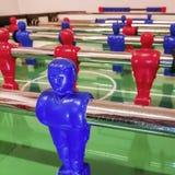 Atacante de uma tabela vermelha e azul do futebol em uma sala de jogo foto de stock royalty free