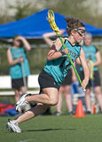 Atacante del lacrosse de las muchachas Imagenes de archivo