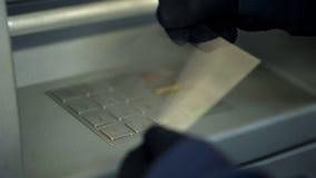 Atacante que rouba o código pessoal removendo as impressões digitais do teclado do atm imagens de stock royalty free