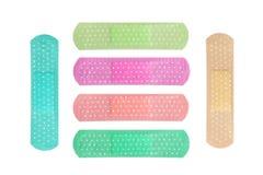 Ataduras adesivas médicas coloridas isoladas no fundo branco Fotografia de Stock Royalty Free