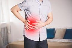 Atak appendicitis, mężczyzna z brzuszny bólowy cierpieć w domu fotografia royalty free
