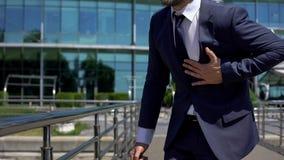 Atak serca biznesmen, stresujący życie, cardio system choroba, pierwsza pomoc zdjęcia royalty free