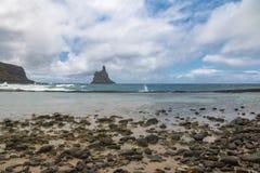 Atalaia海滩全景与Morro的做在背景的Frade -费尔南多・迪诺罗尼亚群岛, Pernambuco,巴西 库存照片