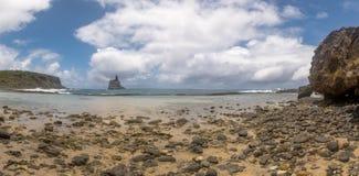Atalaia海滩全景与Morro的做在背景的Frade -费尔南多・迪诺罗尼亚群岛, Pernambuco,巴西 库存图片