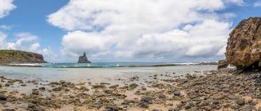 Atalaia海滩全景与Morro的做在背景的Frade -费尔南多・迪诺罗尼亚群岛, Pernambuco,巴西 图库摄影