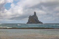 Atalaia海滩和Morro做在背景的Frade -费尔南多・迪诺罗尼亚群岛, Pernambuco,巴西 库存照片