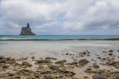 Atalaia海滩和Morro做在背景的Frade -费尔南多・迪诺罗尼亚群岛, Pernambuco,巴西 免版税库存照片