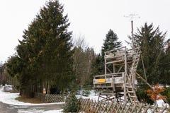 Atalaya de la autoridad del bosque de la escuela vieja en el bosque en invierno imagenes de archivo
