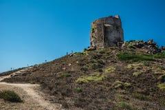 Atalaya en la ciudad de Tharros en Cerdeña imagenes de archivo