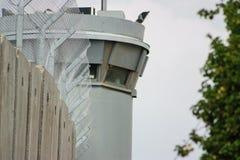 Atalaya en la pared de separación entre los territory's palestinos ocupados en Cisjordania o Gaza e Israel Imagen de archivo