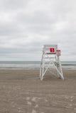 Atalaya en la playa vacía en Middletown, Rhode Island, los E.E.U.U. Fotografía de archivo