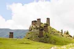 Atalaya hecha de piedra de la pizarra Kvemo Omalo superior en el Cáucaso georgiano en la región de Tusheti fotografía de archivo libre de regalías