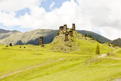 Atalaya hecha de piedra de la pizarra Kvemo Omalo superior en el C?ucaso georgiano en la regi?n de Tusheti fotografía de archivo libre de regalías