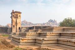 Atalaya y restos de un palacio, Hampi, Karnataka, la India imagenes de archivo