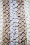 Atapete a textura ou as coberturas de lãs do ` s dos carneiros Manta azul marrom branca da linha do ` s dos carneiros imagem de stock