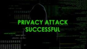 Ataque acertado, pirata informático anónimo de la privacidad que roba la información personal almacen de video