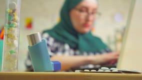 Ataque asmático da mulher muçulmana nova do retrato usando o inalador filme