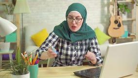 Ataque asmático da mulher muçulmana nova usando o inalador filme