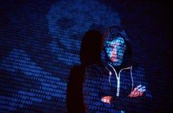 Ataque cibernético con el pirata informático encapuchado irreconocible que usa la realidad virtual, efecto digital de la interfer foto de archivo