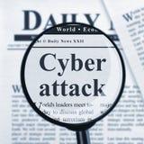 Ataque cibernético debajo de la lupa imagenes de archivo