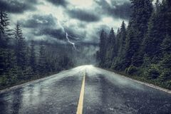 Ataque com chuva e relâmpago na rua imagem de stock royalty free