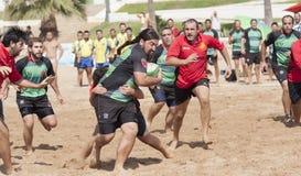 Ataque da praia do rugby imagem de stock