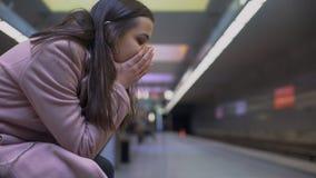 Ataque de ansiedad desesperado del sufrimiento de la se?ora en la estaci?n de metro, sensaci?n desamparada fotografía de archivo