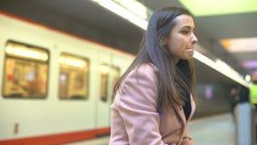Ataque de ansiedad sufridor femenino joven nervioso en la estación de metro, tentativa del suicidio almacen de metraje de vídeo