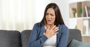 Ataque de ansiedade do sofrimento da mulher em casa video estoque