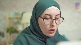 Ataque de asma em casa, uso do inalador da asma, mulher no close-up do hijab filme