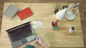 Ataque de asma em casa, uso do inalador da asma, vista superior, trabalho em um computador filme