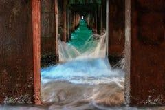 Ataque de la onda debajo del puente Imagenes de archivo
