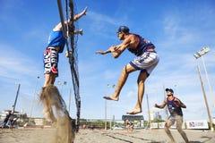 Ataque de salto do ponto do voleibol de praia do homem do atleta defesa fotos de stock royalty free