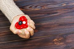 Ataque del corazón con ambas manos en fondo de madera Concepto del amor con el copyspace imagen de archivo