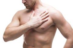 Ataque del corazón Hombre muscular joven con dolor de pecho aislado en el fondo blanco fotos de archivo