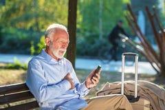 Ataque del corazón mayor al fallo cardiaco de los hombres mayores del concepto de la salud en angustia severa del parque fotos de archivo libres de regalías