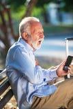 Ataque del corazón mayor al fallo cardiaco de los hombres mayores del concepto de la salud en angustia severa del parque imagen de archivo libre de regalías