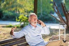 Ataque del corazón mayor al fallo cardiaco de los hombres mayores del concepto de la salud en angustia severa del parque fotos de archivo