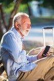 Ataque del corazón mayor al fallo cardiaco de los hombres mayores del concepto de la salud en angustia severa del parque imagen de archivo