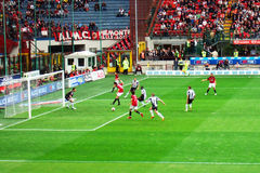 Ataque del fútbol Imagen de archivo libre de regalías