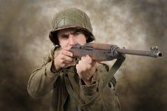 Ataque del soldado americano ww2 foto de archivo libre de regalías