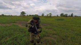 Ataque del soldado ruso Los lanzamientos del soldado de la ametralladora metrajes