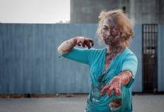 Ataque del zombi de la muchacha Imagen de archivo