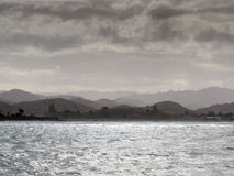 Ataque a fabricação de cerveja na ilha norte NZ da costa da baía de Tolaga Fotografia de Stock Royalty Free