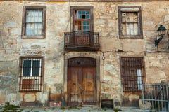Ataque frontal abandonado de la casa en el centro de la ciudad viejo de Oporto Imagenes de archivo