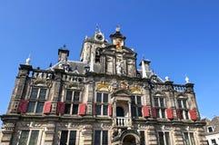 Ataque frontal colorido del ayuntamiento holandés antiguo de la cerámica de Delft Foto de archivo