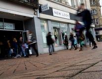 Ataque frontal de la tienda de New Look con los peatones Imágenes de archivo libres de regalías